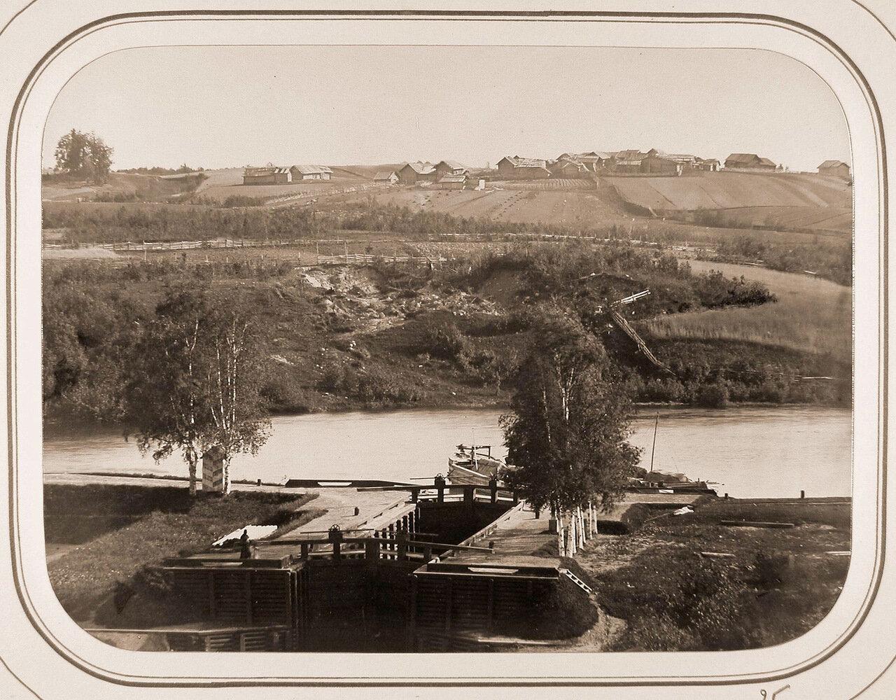 Вид на Рязанский шлюз; на втором плане - деревня Горки