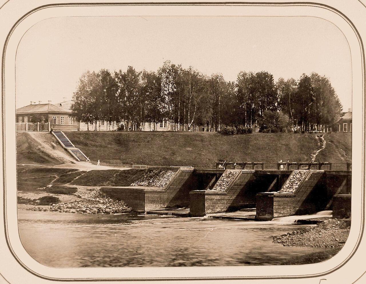Вид Тихвинской плотины; слева - больница ведомства путей сообщения