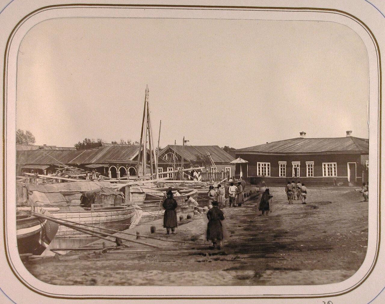Местные жители у дома начальника дистанции на Соминской пристани