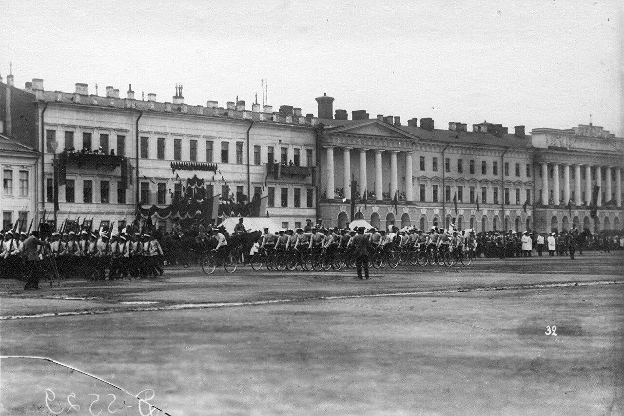 61. Отряд пехотинцев и велосипедистов на марш - параде проходят мимо императора Николая II и сопровождающих его лиц