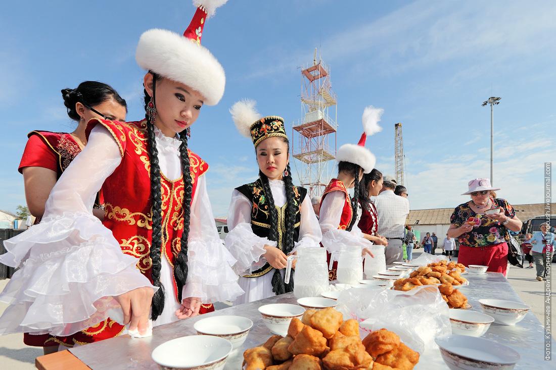 угощение речных туристов теплохода Русь Великая на казахской земле