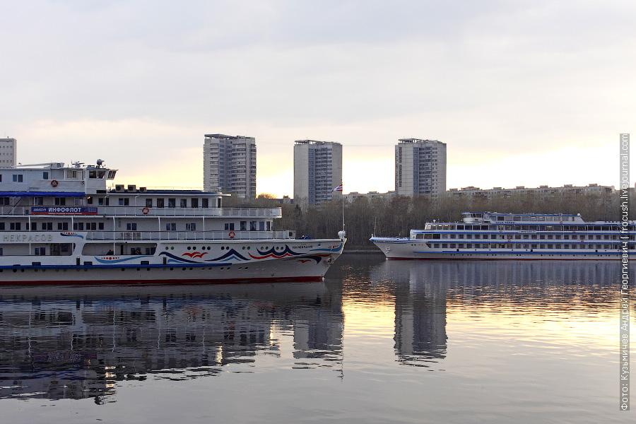 Теплоходы «Н.А.Некрасов» и «Илья Репин» напротив СРВ
