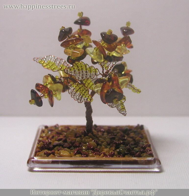 """Красоту 56 камней янтаря подчеркивают листья из желтого и прозрачного бисера.  Дерево  """"растет """" на пластиковой основе..."""