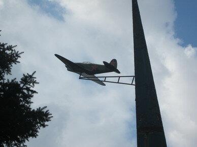 Самолетик на памятнике