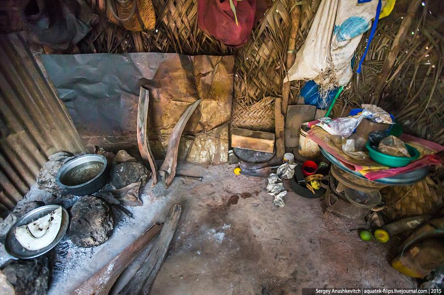 12. Очаг. В качестве топлива используются твердые пальмовые листья и просто все, что горит. Вплоть д