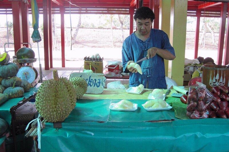 Разделка дуриана (или джекфрута?) на рынке Талинг Чан