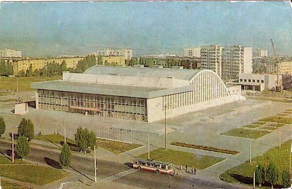 "Троллейбус №8 у ""Космоса"", 1981 г., фото В.Собровина"
