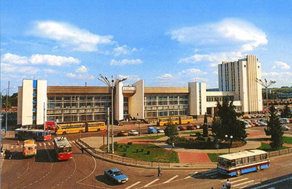 Троллейбус у вокзала, 2003, фото Л.Гильмана