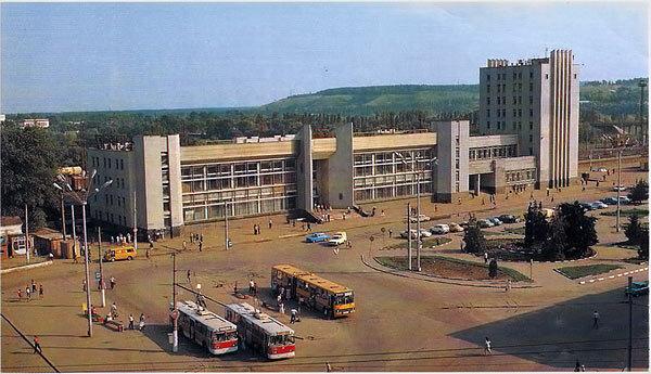 Троллейбус у Вокзала, 1993, фото В.Собровина