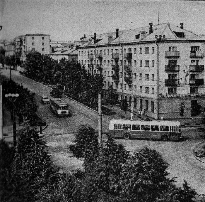 Троллейбус ЗиУ-5 поворачивает на ул. Фрунзе, 1969