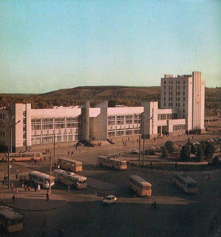 Троллейбус у Вокзала, начало 1980-х, фото В.Собровина