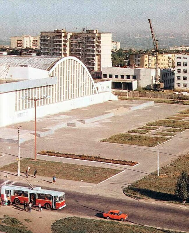 Троллейбус у Космоса, 1981, фото В.Собровина