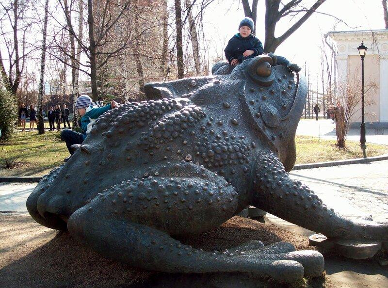 Бронзовая жаба Хрещатого парка