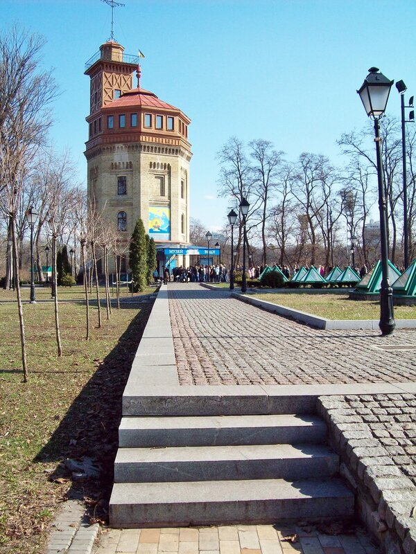 Дорожка Хрещатого парка перед музеем воды