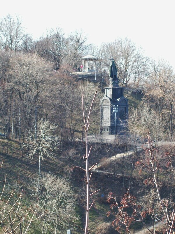 Вид на памятник Владимиру Крестителю из Хрещатого парка