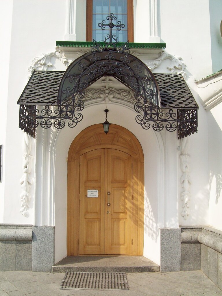 служебных вход в храм
