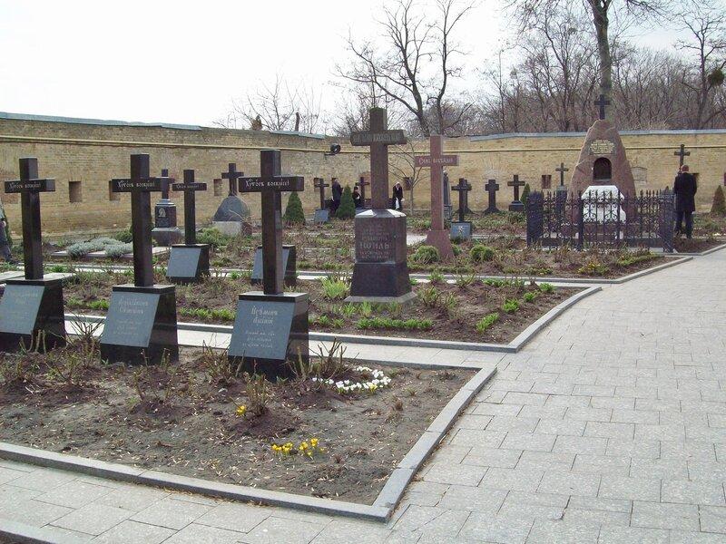 Церковное кладбище на территории дальних пещер
