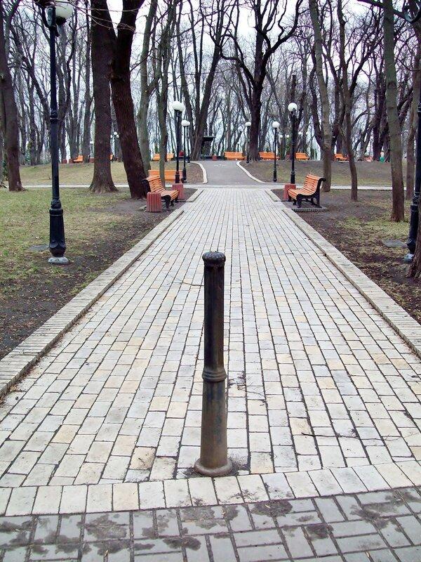 Вход на боковую аллею Мариинского парка