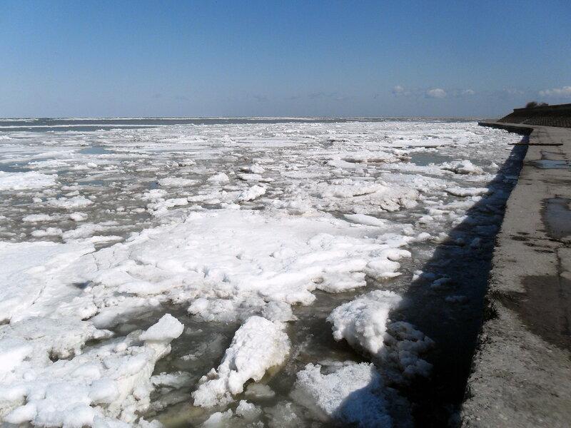 Март, льды у берега