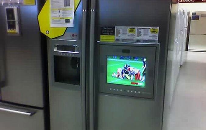 Холодильник с телевизором в дверце