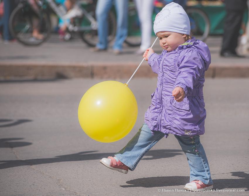 шагающий ребенок с желтым шаром