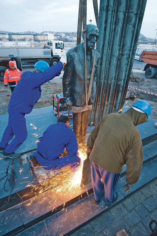 Önkormányzat - Elszállították a Károlyi-szobrot a Kossuth térről