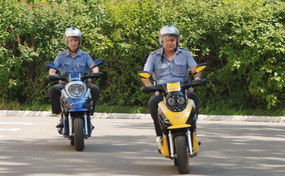 полицейский на скутере