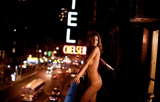 Голая девушка на балконе Chelsea Hotel / naked girl