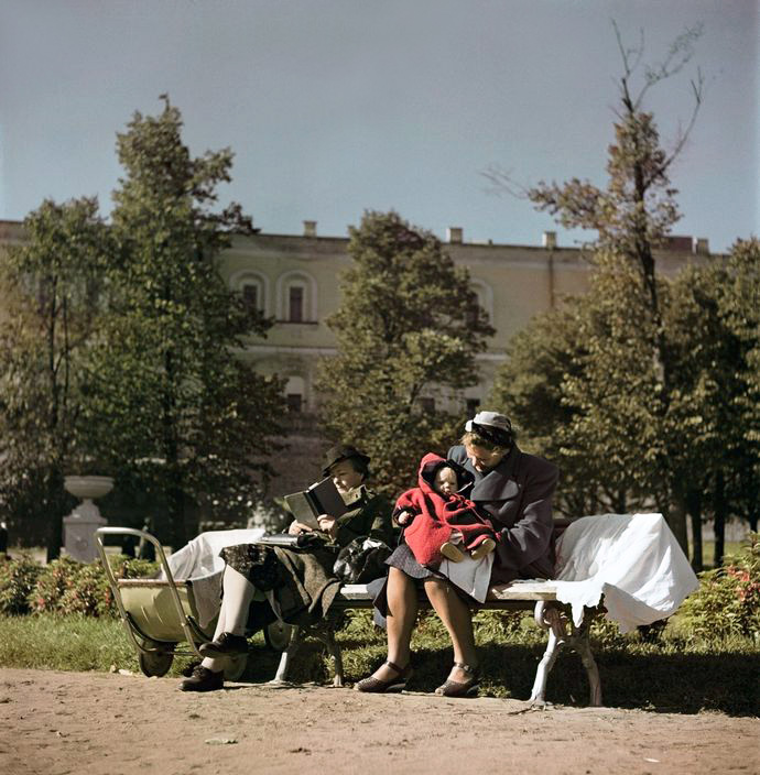 Moscow. 1947. Women and child on a park bench2.jpg