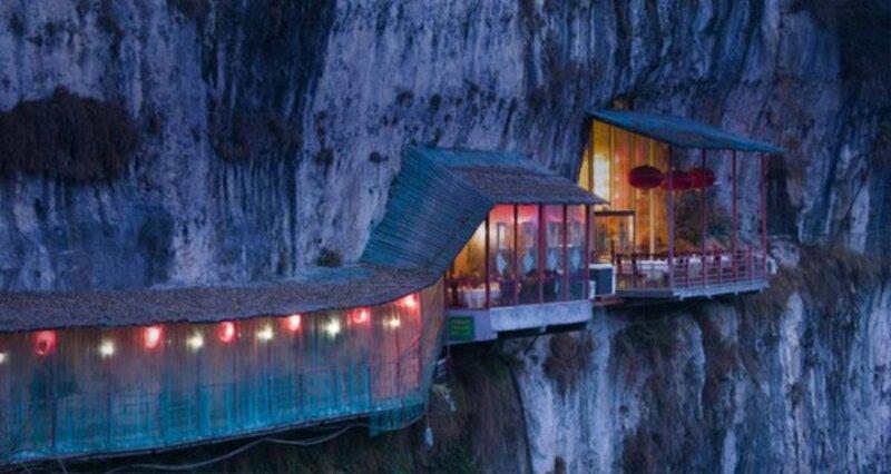 Ресторан рядом с пещерой Sanyou над рекой Янцзы, провинция Хубэй, Китай