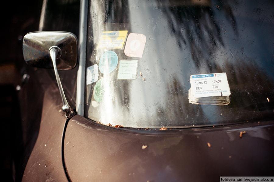 старый автомобиль в Париже