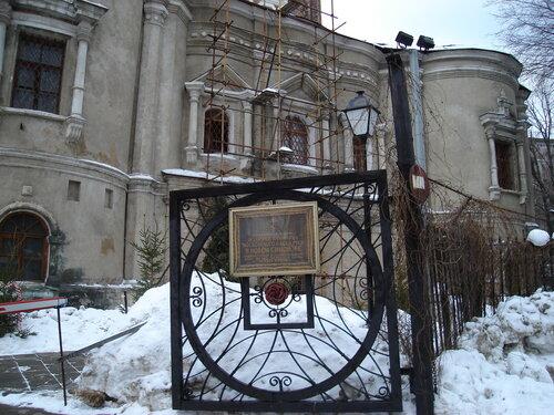 Храм Тихвинской иконы Божией Матери, у входа в Симонов Монастырь