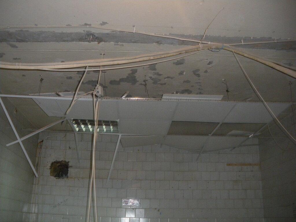 Демонтаж потолка «Армстронг» со встроенными в него светильниками. Капитальный ремонт коммерческого помещения, апрель 2012 года.