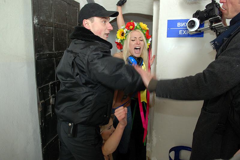 Поп, не лезь в п*зду! Акция FEMEN на колокольне Софии Киевской. Фотографии