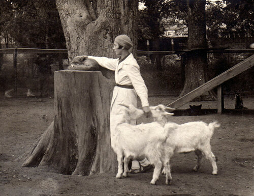 Вера Чаплина на площадке молодняка. Московский зоопарк, середина 1930-х