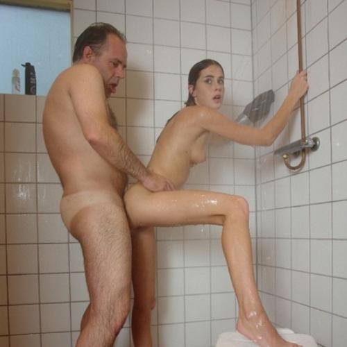 Отец купает и ебет дочь
