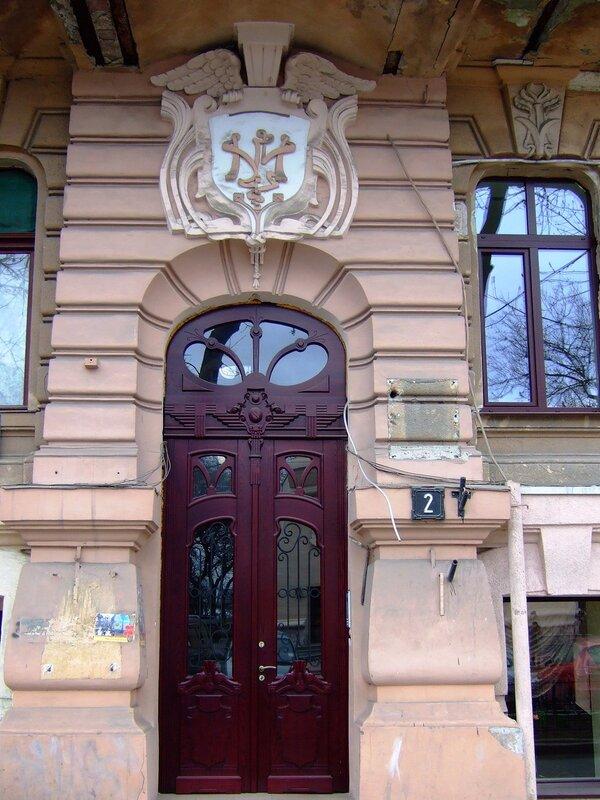 Дверь и герб