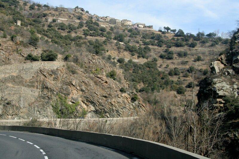 Деревня на вершине склона в Восточных Пиренеях