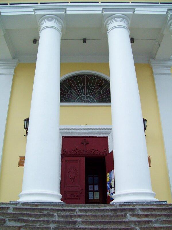 Вход в Александровский костел