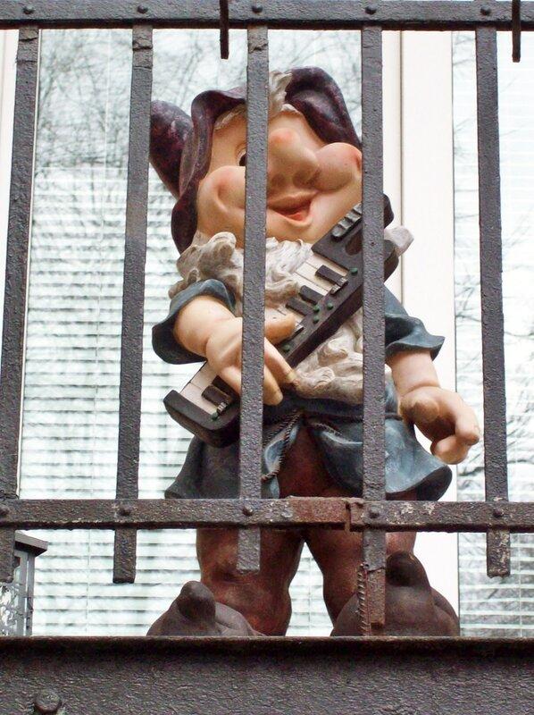 Гном на балконе Костельной