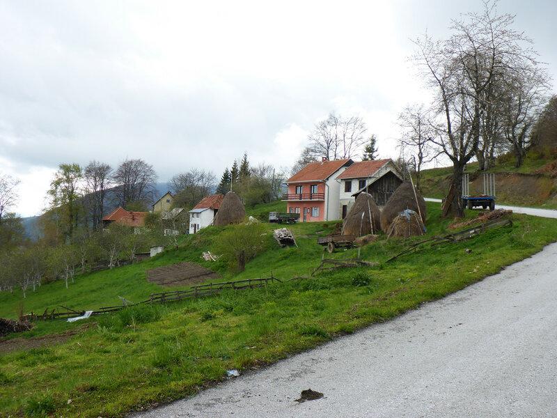 дома и стога сена в парке голия (голиjа)