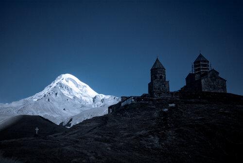 Рассвет над Казбеком и храмом Цминда Самеба