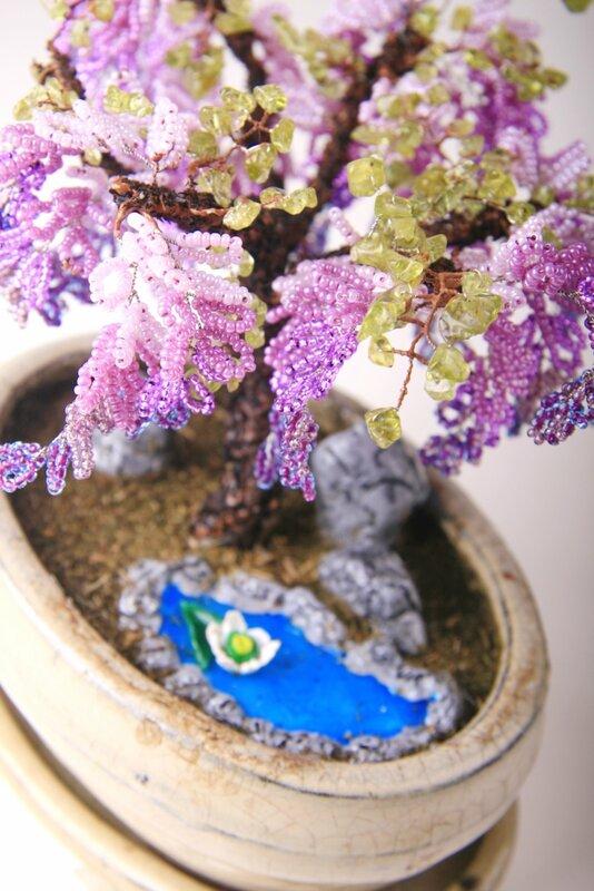 Дерево из бисера в декоративном кашпо мило украсит любую комнату.  А также станет замечательным подарком для любимой...