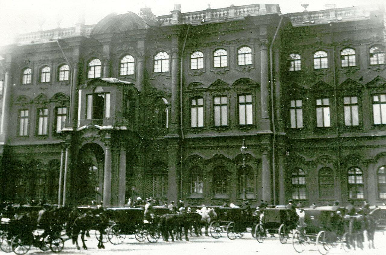 Кареты членов Государственного Совета и депутатов Первой Государственной думы на Дворцовой площади у Зимнего дворца
