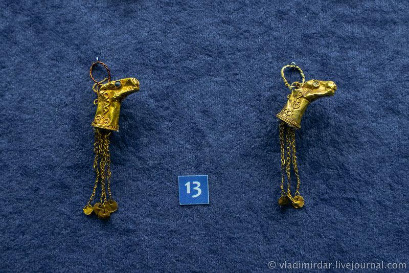 Серьги в виде головок баранов. Золото, камень. II-I в. до н.э.