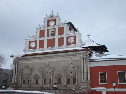 Храм Тихвинской иконы Божией Матери, вид со двора монастыря