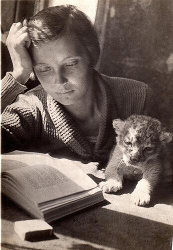 Вера Чаплина с львенком Кинули. Май 1935. Фото М.Маркова-Гринберга