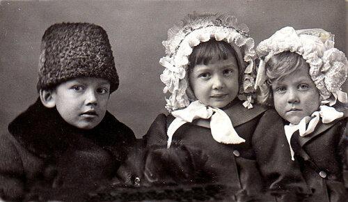 Вера Чаплина (в центре) с братом Васей и сестрой Валей. Москва, 1913 (?)