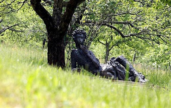 С днем поэзии! Памятник Пушкину под деревом