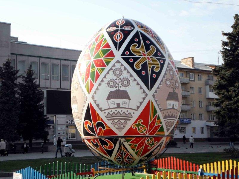На Майдані Незалежності встановлено гігантську Диво-писанку, яка має 4 метри висоти та важить 90 кг. Фото: 12.04.2012.